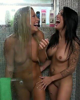 Clit licking lesbians Alexa Aimes and Carter Cruise