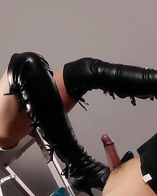 Leather boots queen